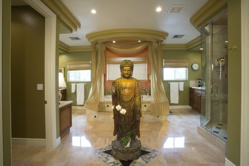 Статуя Будды в роскошной ванной комнате стоковые изображения rf