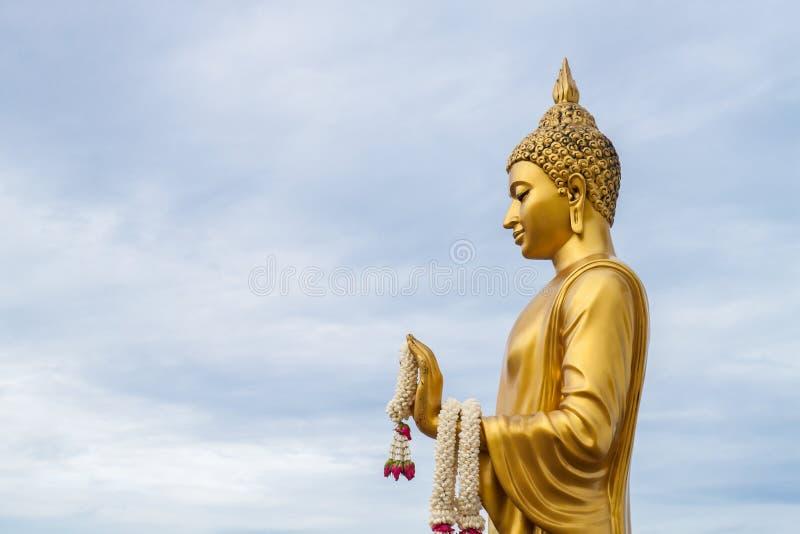 Статуя Будды золота в виске phutthamonthon стоковое фото rf
