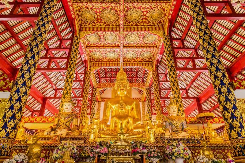 Статуя Будды золота в церков стоковые фото