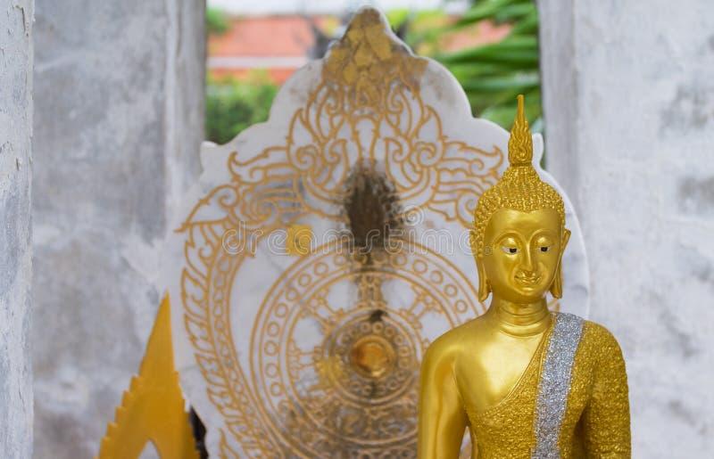 Статуя Будды и стена ауры позади стоковые фотографии rf