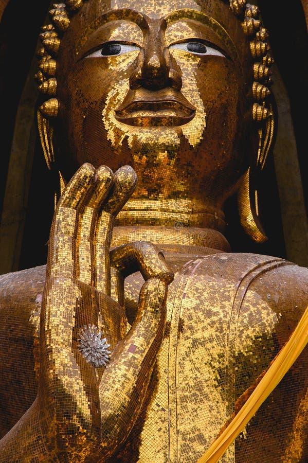 Статуя Будды позиции благословением стоковые фото