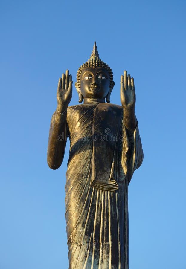 Статуя Будды с голубым небом на виске Таиланде Khun Samut Trawat стоковое изображение
