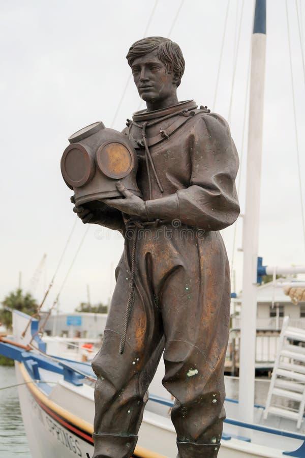 Статуя водолаза губки на доке губки стоковое изображение rf