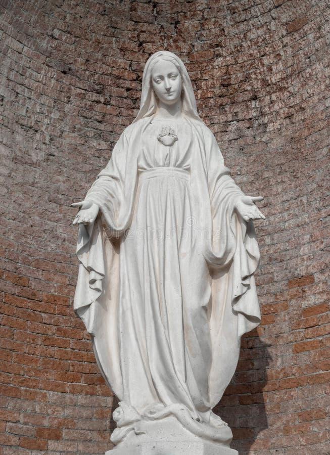 Статуя в камне девой марии стоковое изображение