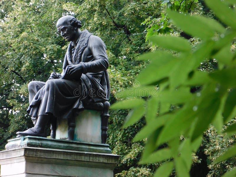Статуя в одичалом стоковые изображения rf