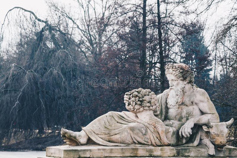Статуя в парке Lazienki - прослушивайте иносказание реки, королевские ванны припаркуйте, Варшава, Польша стоковое фото rf
