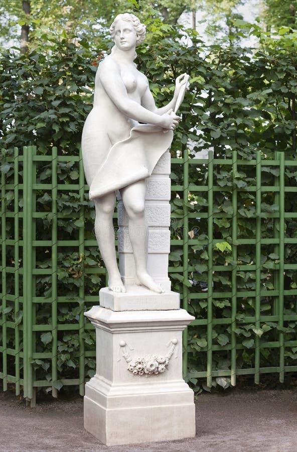 Статуя в саде лета, Санкт-Петербург женщины стоковые фотографии rf