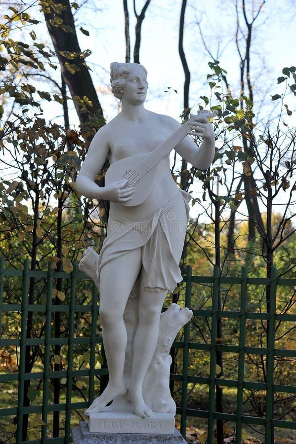 Статуя в саде лета в Санкт-Петербурге стоковая фотография
