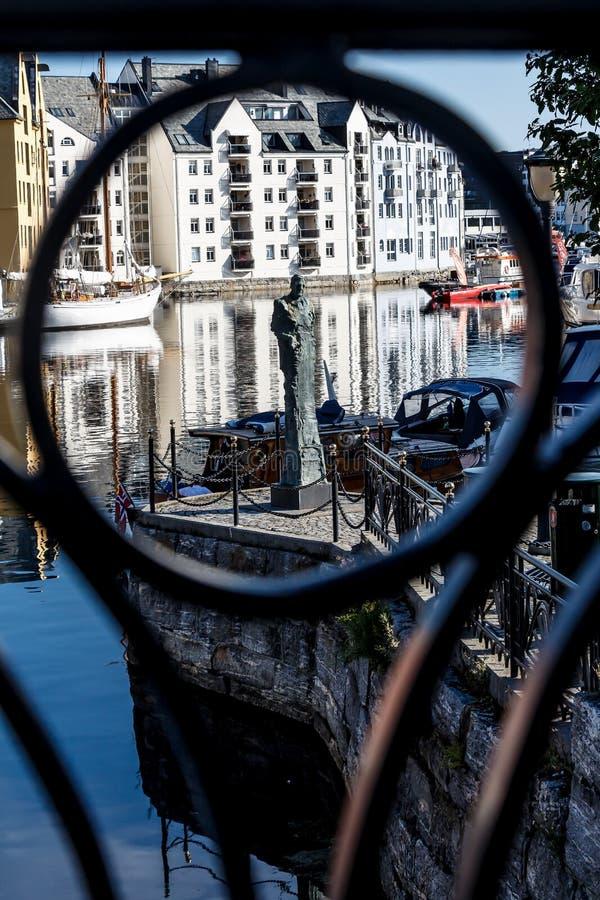 Статуя в фокусе в Alesund Норвегии стоковое изображение