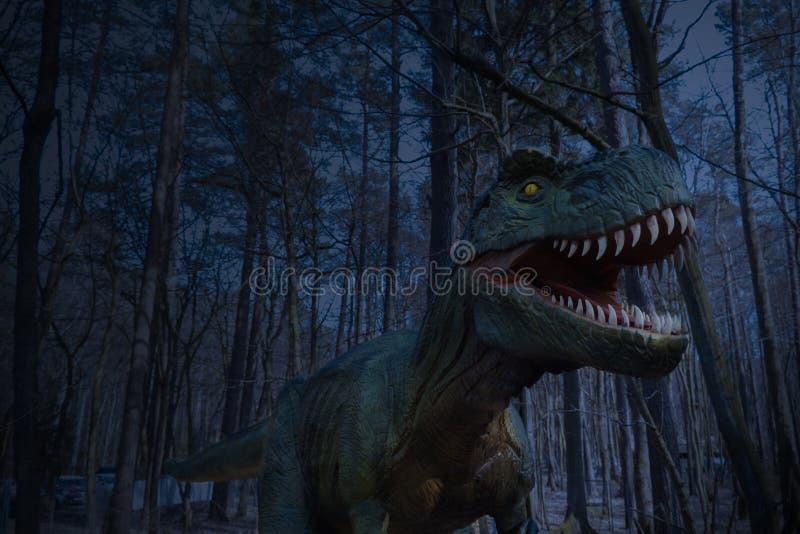 Статуя в Forest Park, изображение динозавра статуи динозавра в природе для  стоковые изображения