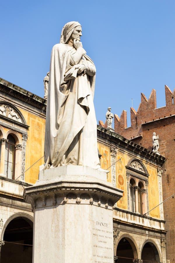Статуя в Signori dei аркады - Верона Данте Алигьери стоковые изображения rf