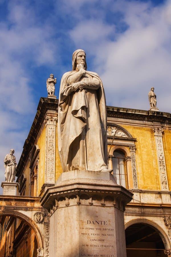 Статуя в Signori dei аркады, Верона Данте Алигьери стоковые изображения