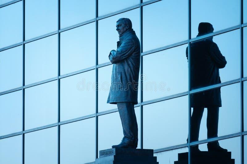 Статуя господина Алекса Ferguson Бронзы на старом стадионе Trafford в Манчестере, Великобритании стоковое фото
