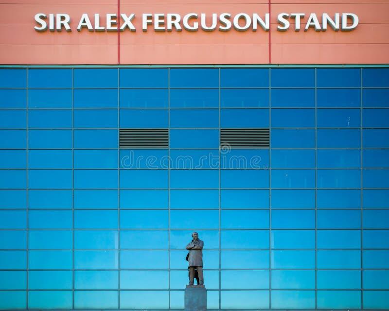 Статуя господина Алекса Ferguson Бронзы на старом стадионе Trafford в Манчестере, Великобритании стоковые фотографии rf