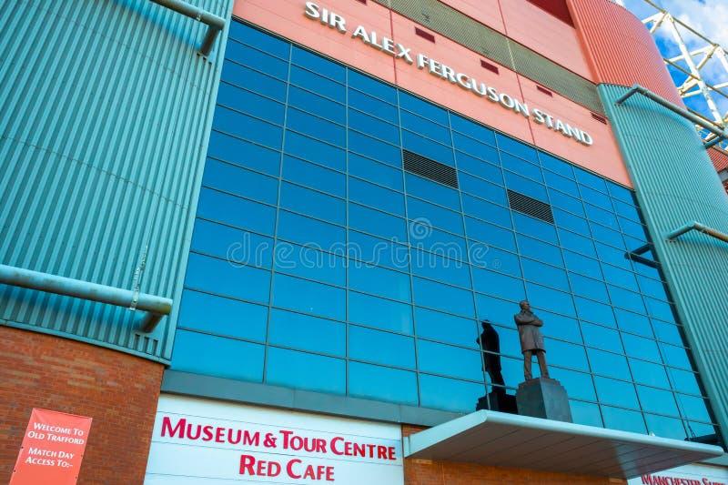 Статуя господина Алекса Ferguson Бронзы на старом стадионе Trafford в Манчестере, Великобритании стоковая фотография rf