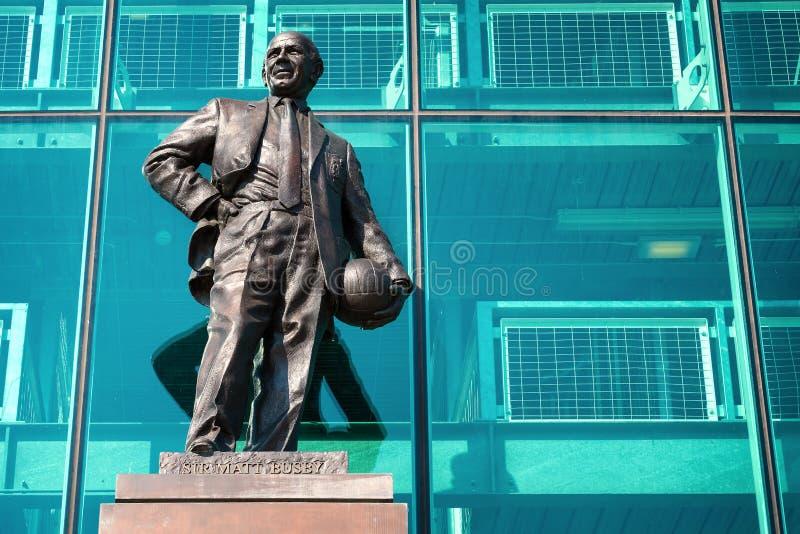 Статуя господина Matt Гусарского кивера Бронзы на старом стадионе Trafford в Манчестере, Великобритании стоковые фото