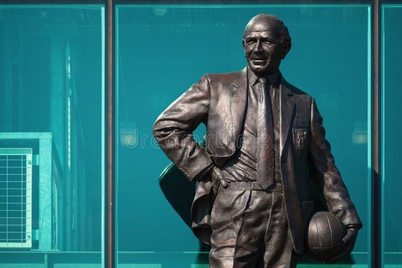 Статуя господина Matt Гусарского кивера Бронзы на старом стадионе Trafford в Манчестере, Великобритании стоковые изображения