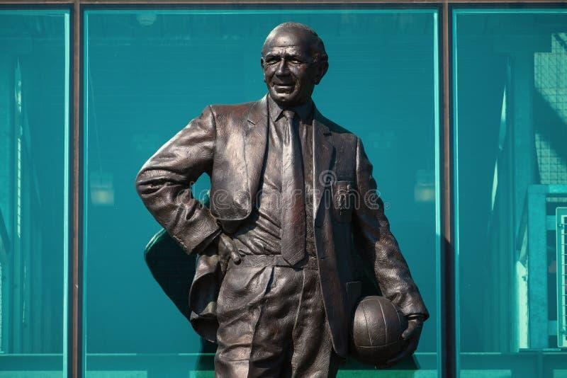 Статуя господина Matt Гусарского кивера Бронзы на старом стадионе Trafford в Манчестере, Великобритании стоковое изображение