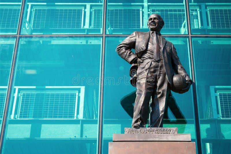 Статуя господина Matt Гусарского кивера Бронзы на старом стадионе Trafford в Манчестере, Великобритании стоковые изображения rf