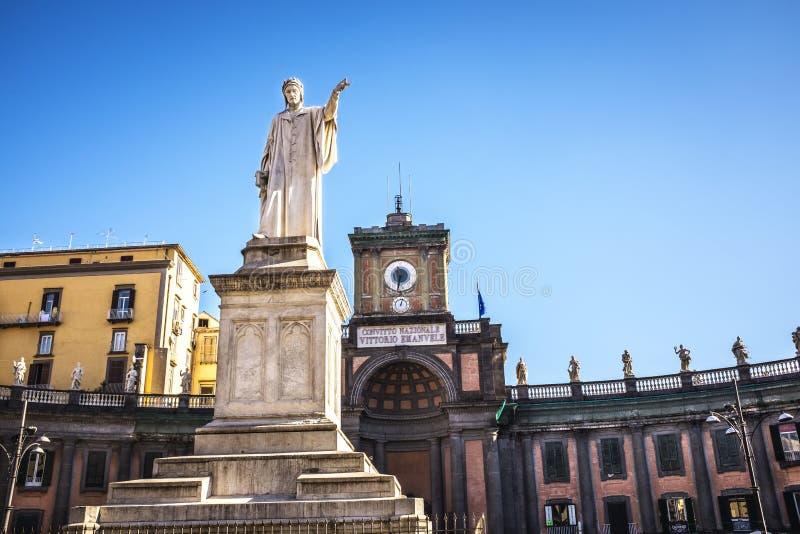 Статуя Данте Алигьери в аркаде Dante Италия naples стоковые изображения rf