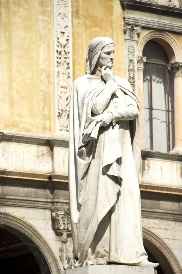 Статуя Данте Алигьери в Вероне, Италии стоковая фотография rf