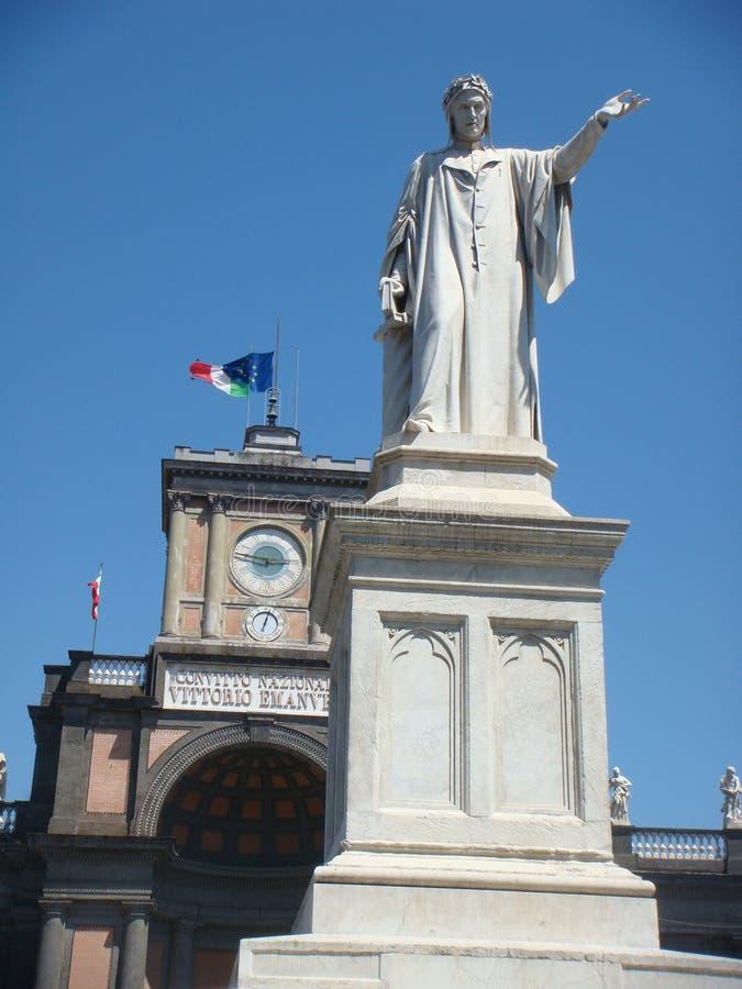 Статуя Данте Алигьери в площади омонима в Неаполь Италия стоковая фотография