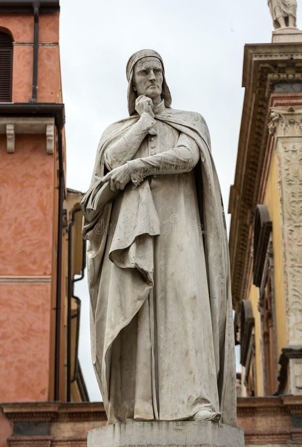 Статуя Данте Алигьери на Signori dei аркады в Вероне стоковое изображение