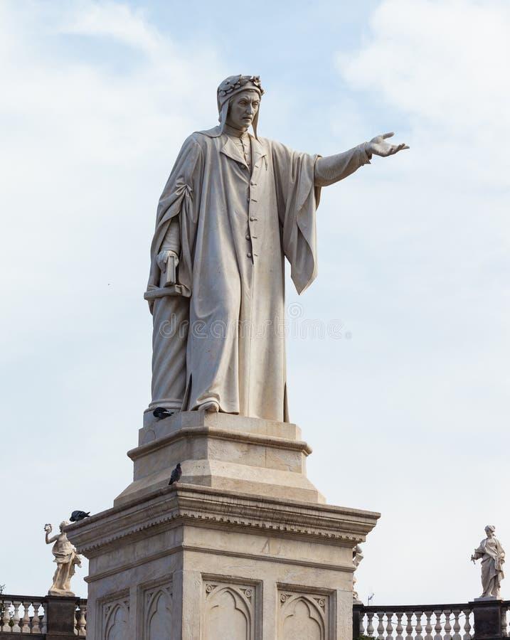 Статуя Данте Алигьери, аркады Dante, Неаполь стоковые изображения