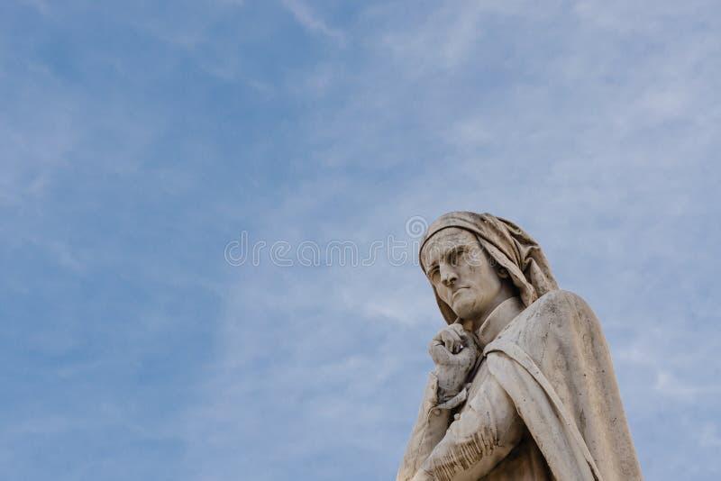 Статуя Данте Алигьери, Signori dei аркады, Верона, стоковая фотография