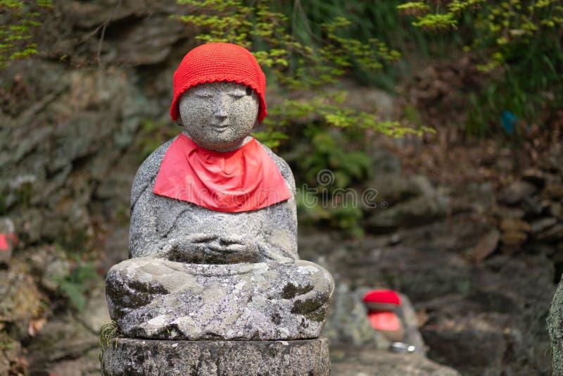 Статуя Дзидзо на японском кладбище стоковые фотографии rf