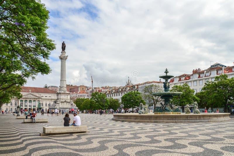 Статуя Дома Педро IV и фонтана Бронзе на площади Россио стоковые фотографии rf