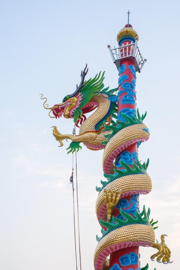 Статуя дракона в столбе стоковая фотография rf