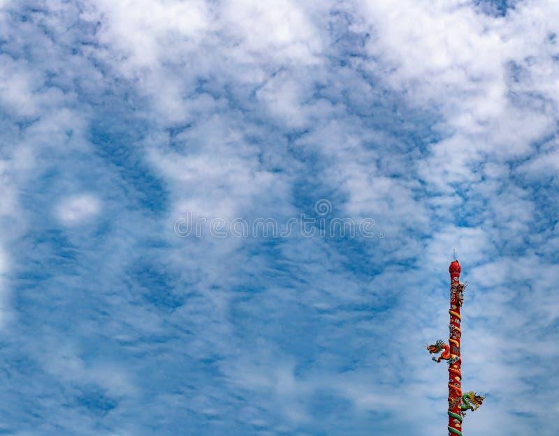Статуя дракона на столбе с предпосылкой неба стоковое фото