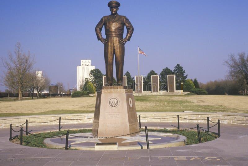 Статуя Дшигют Д Eisenhower в родном городе Абилина Канзаса стоковые фотографии rf