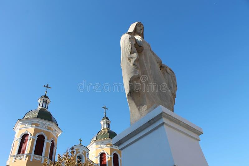 Статуя девой марии и церков стоковое изображение rf