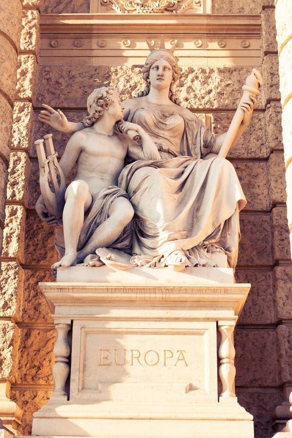 Статуя Европы перед музеем естественной истории в Вене стоковые изображения