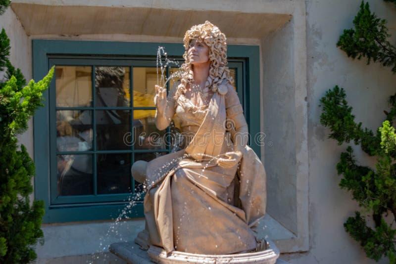 Статуя женщины живущая бросает небольшие двигатели воды от ее рук на Seaworld в международной зоне 3 привода стоковое изображение