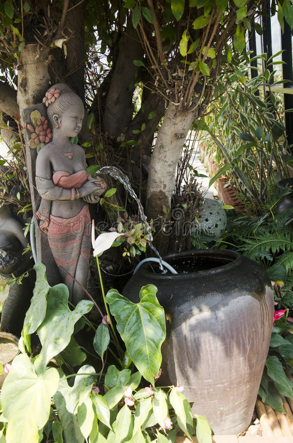 Статуя женщины кукол глины садовничая украшения в саде стоковые изображения rf
