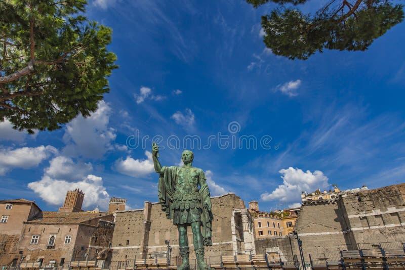 Статуя Жулиус Чаесар императора перед старым рынком ` s Trajan стоковые фото