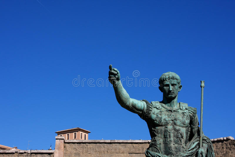 Статуя Жулиус Чаесар Augustus в Риме, Италии стоковые фотографии rf