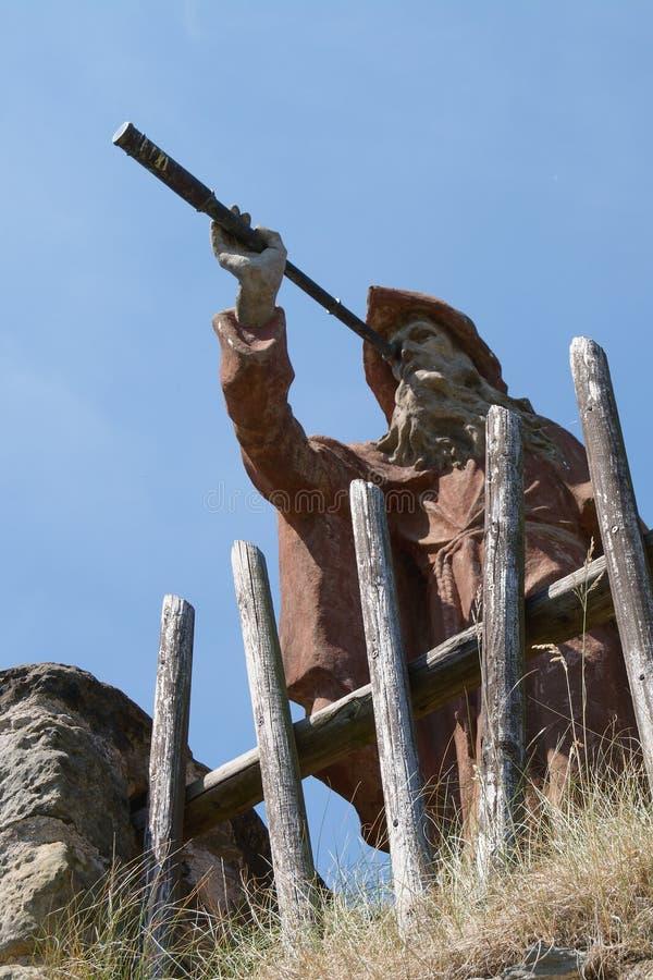 Статуя затворницы с телескопом на замке Sloup утеса, северной Богемии, чехии стоковые изображения