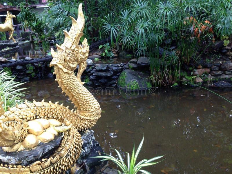 Статуя змея около бассейна стоковая фотография
