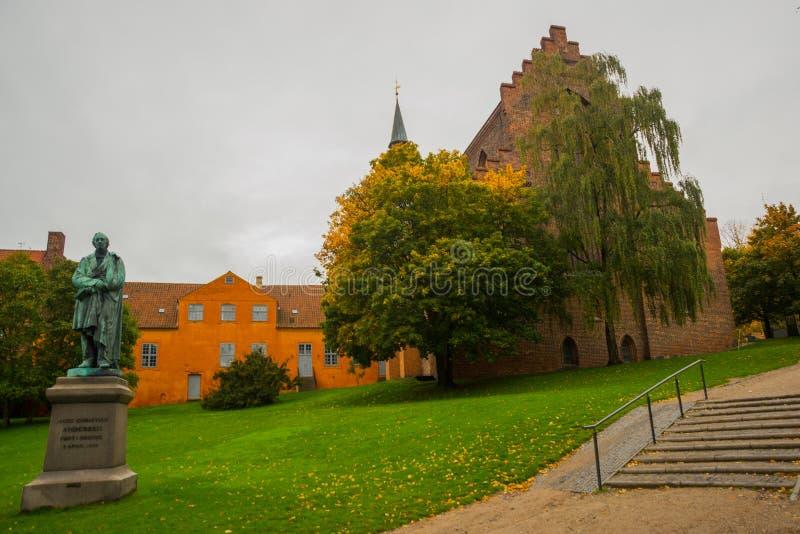 Статуя знаменитого романиста Ханса Кристиана Андерсена в родном городе: Оденсе-ин-Фунен, Дания стоковая фотография