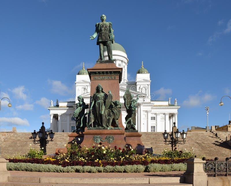 Статуя императора Александра II в центре квадрата сената на предпосылке собора Хельсинки Осень в Хельсинки, Финляндии стоковые фотографии rf