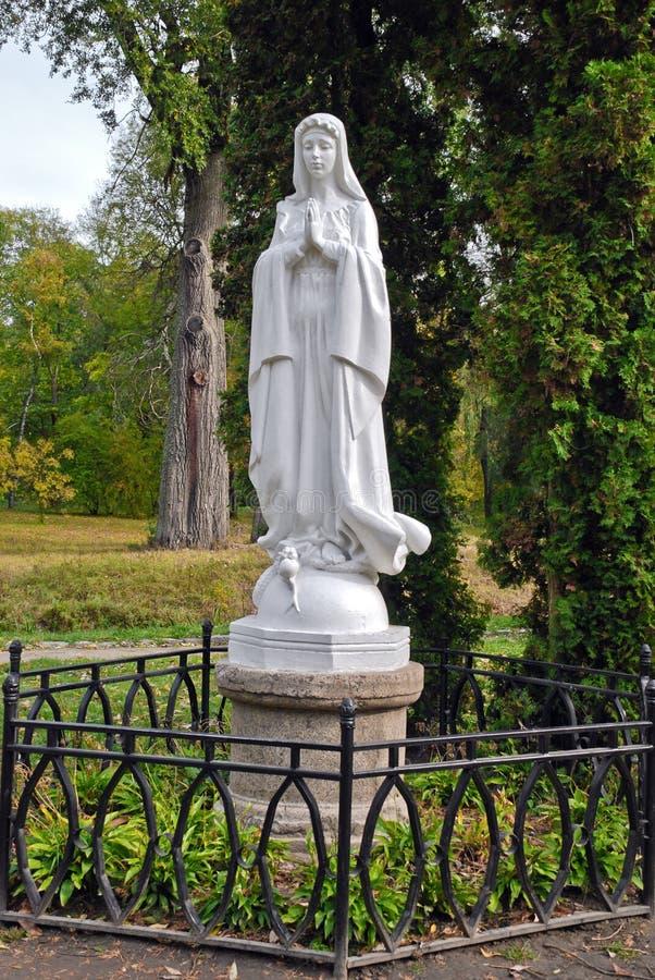 Статуя и парк женщины стоковые изображения rf