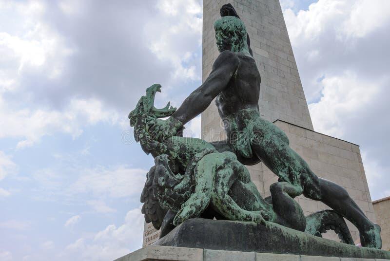 Статуя и дракон St. George стоковые фото