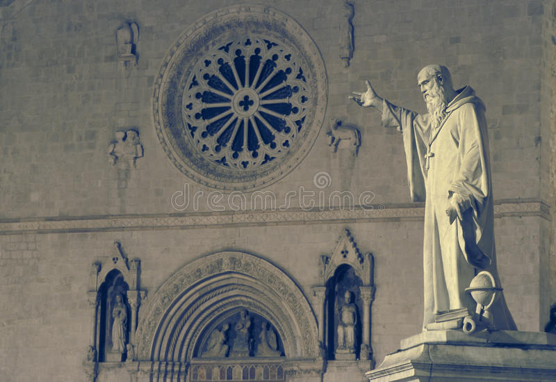 Статуя и церковь St Венедикта в Norcia, Умбрии, Ita стоковая фотография
