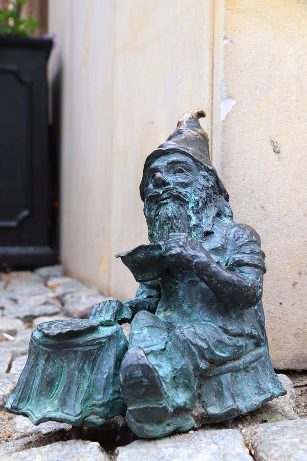 Статуя карлика в Wroclaw стоковые фотографии rf