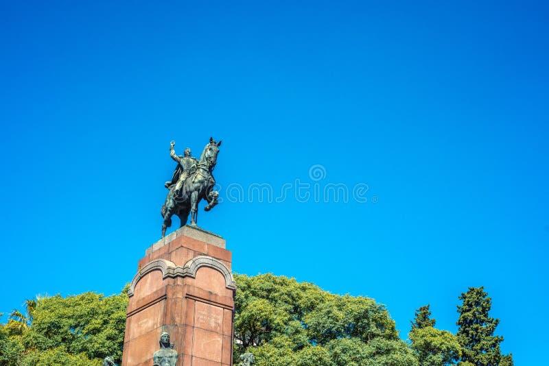 Статуя Карлоса de Alvear в Буэносе-Айрес, Аргентине стоковые фотографии rf