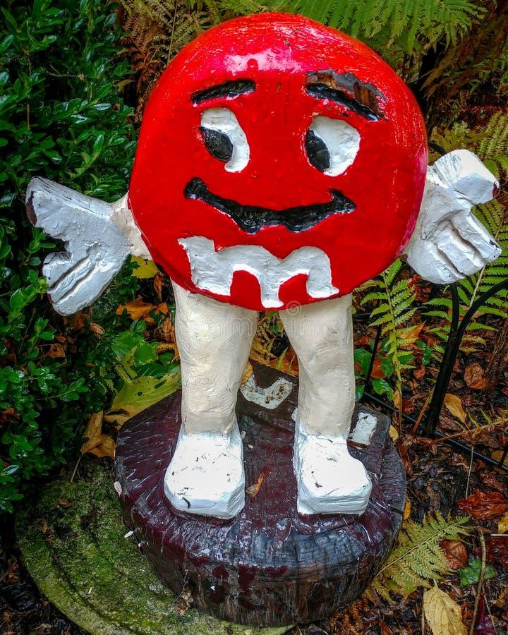 Статуя конфеты M&M красная сделанная из древесины стоковая фотография